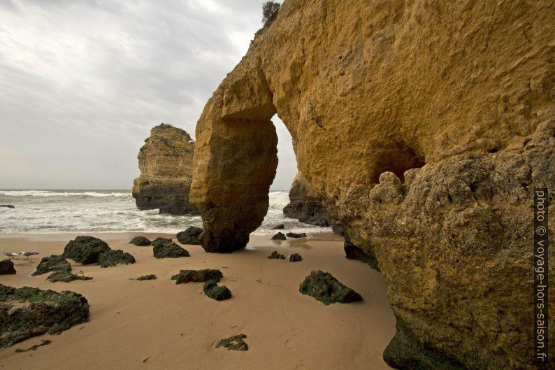 Arche naturelle instable à la Praia do São Rafael. Photo © André M. Winter