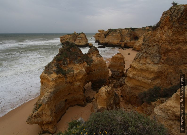 Rochers escarpés de la Praia do São Rafael. Photo © André M. Winter
