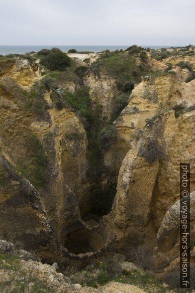 Trous karstiques cylindriques dans le plateau calcaire de l'Algarve. Photo © André M. Winter
