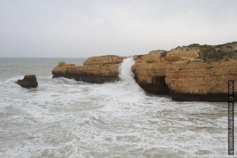 Fortes vagues sur un cap rocheux de l'Algarve en hiver. Photo © Alex Medwedeff