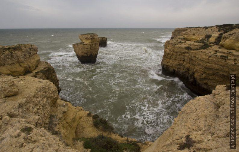 Baie rocheuse entre la Praia da Ponta Pequena et la Paraia das Andorinhas. Photo © André M. Winter