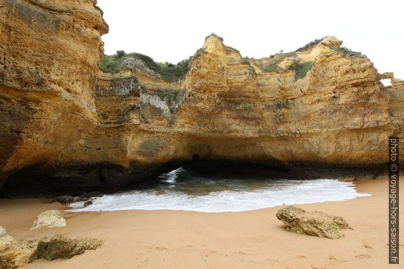 Banc rocheux percé de la Praia Secreta. Photo © André M. Winter