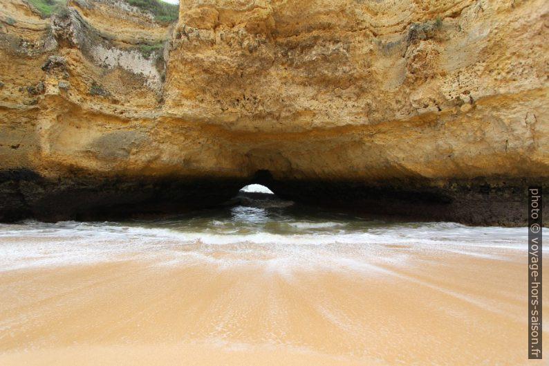 Arche naturelle de la Praia Secreta donnant sur la mer. Photo © André M. Winter