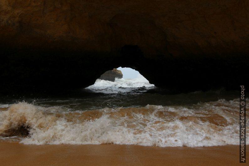 Vue par l'arche naturelle de la Praia Secreta. Photo © André M. Winter