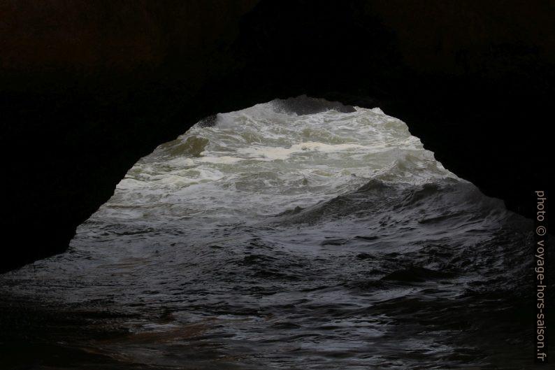 Mer agitée hors du cirque de la Praia Secreta. Photo © André M. Winter