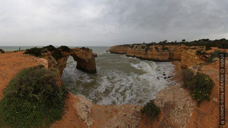 Baía da Estaquinha e Arco de Albandeira. Photo © André M. Winter