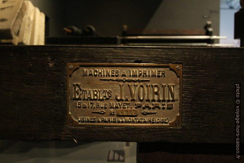 Plaque des Etablissements J. Voirin, Paris. Photo © André M. Winter