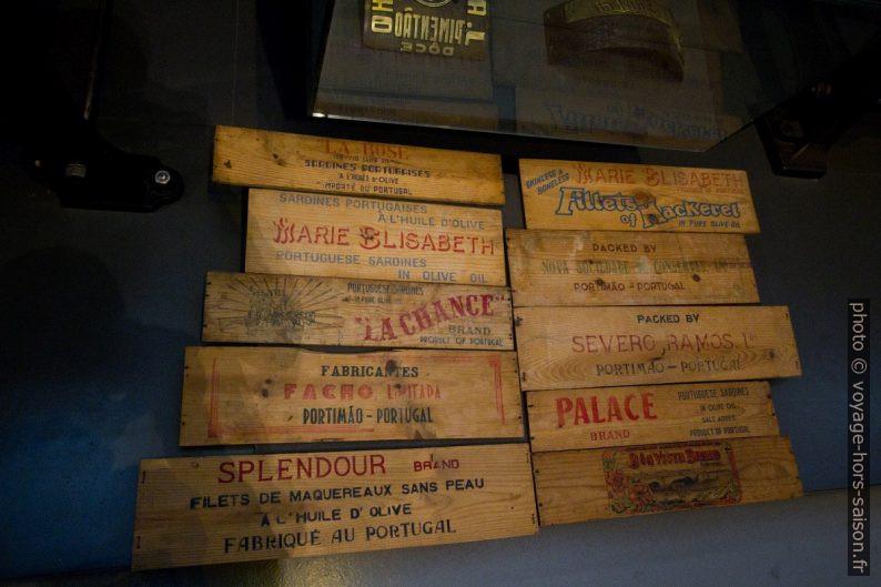 Morceaux de boîtes de bois pour empaqueter les boîtes de sardines. Photo © André M. Winter