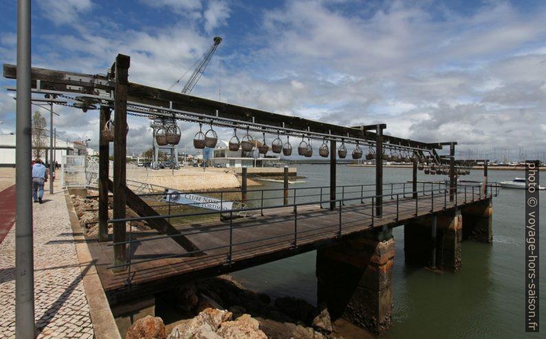 Chaîne de transport du quai vers l'usine de sardines de Portimão. Photo © André M. Winter
