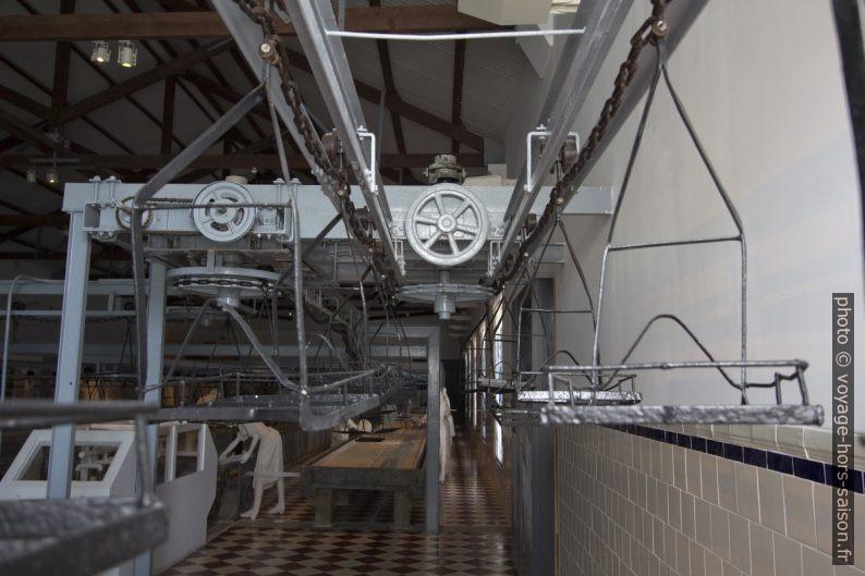 Plateaux de transport suspendus dans l'usine de Portimão. Photo © André M. Winter