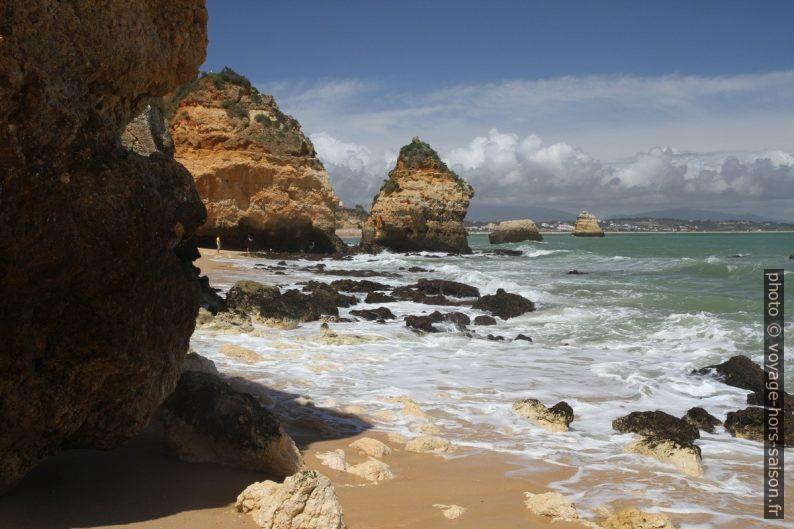 Côte au nord de la Praia do Camilo. Photo © Alex Medwedeff