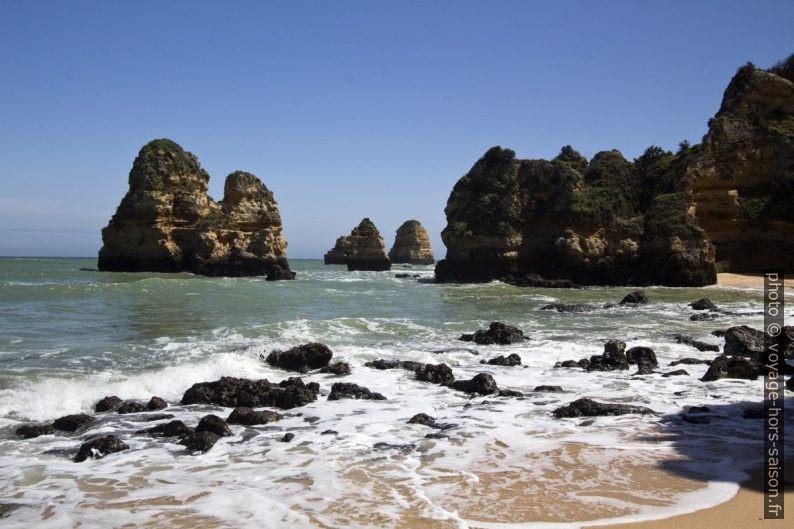Piliers rocheux au sud de la Praia do Camilo. Photo © André M. Winter
