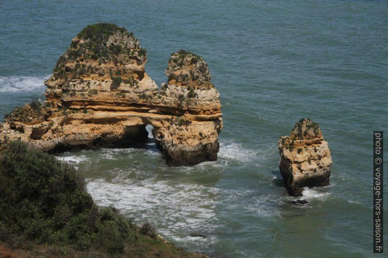 Arche naturelle au sud de la Praia do Camilo. Photo © Alex Medwedeff