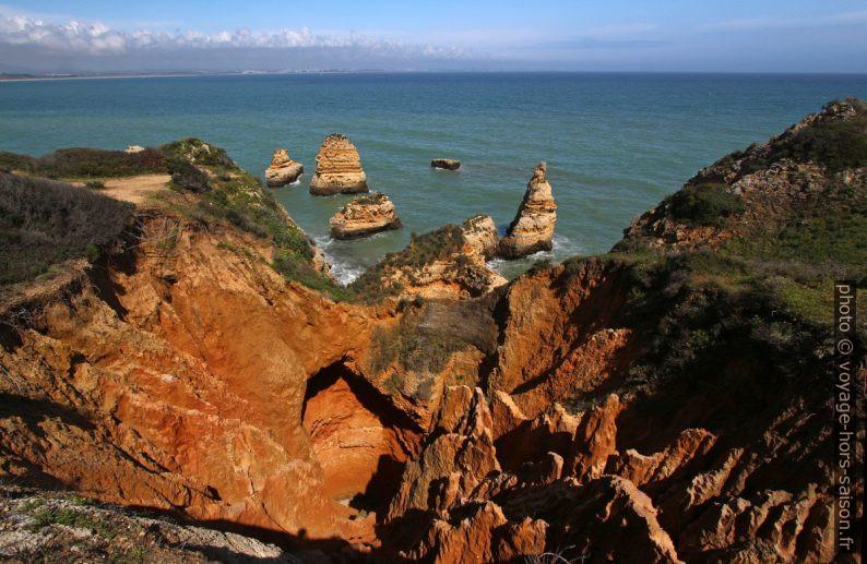 Côte escarpée et forte érosion à l'est de la Ponta da Piedade. Photo © André M. Winter