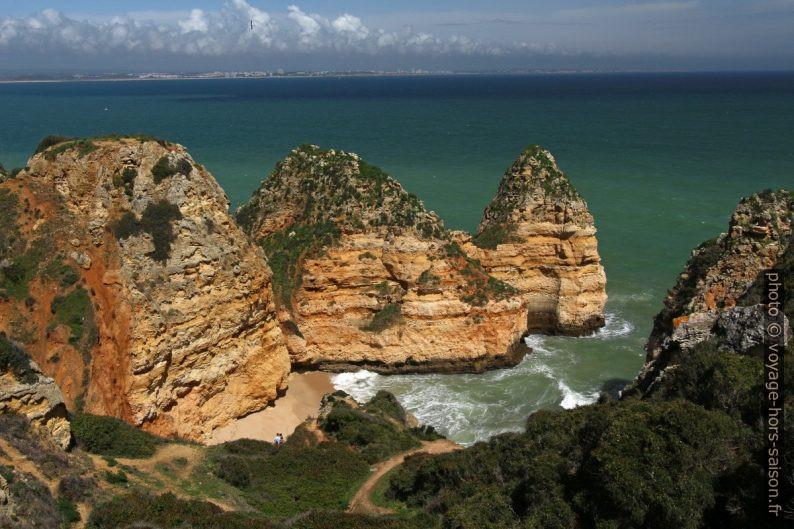 Flancs de la Praia dos Pinheiros. Photo © André M. Winter