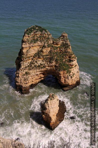 Arche naturelle et rocher isolé. Photo © André M. Winter