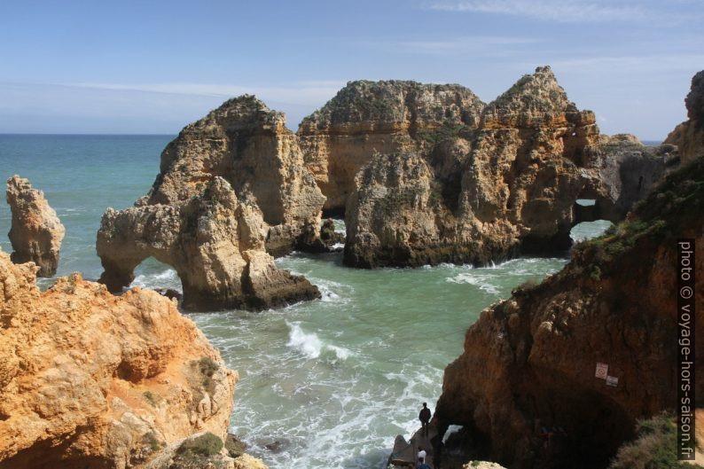 Plusieurs arches naturelles au Pontão da Ponta da Piedade. Photo © Alex Medwedeff