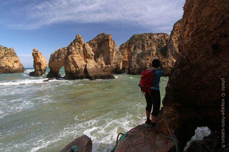 Alex photographie à l'embarcadère de la Ponta da Piedade. Photo © André M. Winter
