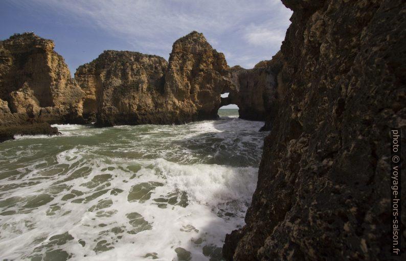Vue vers la double arche naturelle à la Ponta da Piedade. Photo © André M. Winter