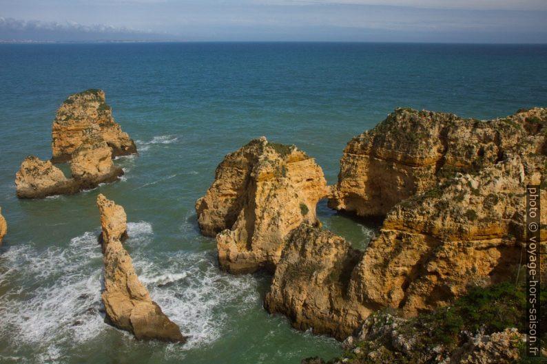 Rochers à l'est du cap Ponta da Piedade. Photo © Alex Medwedeff