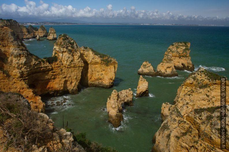 Côte au nord-est du cap Ponta da Piedade. Photo © Alex Medwedeff