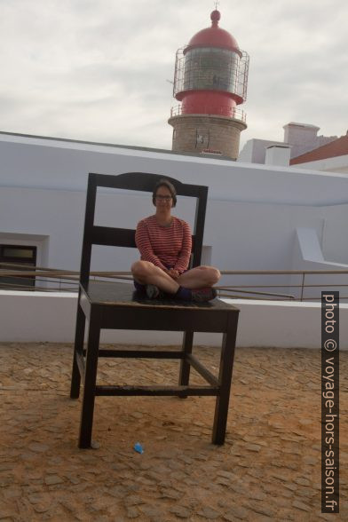 Alex sur une chaise géante devant le Phare de Cabo de São Vicente. Photo © André M. Winter