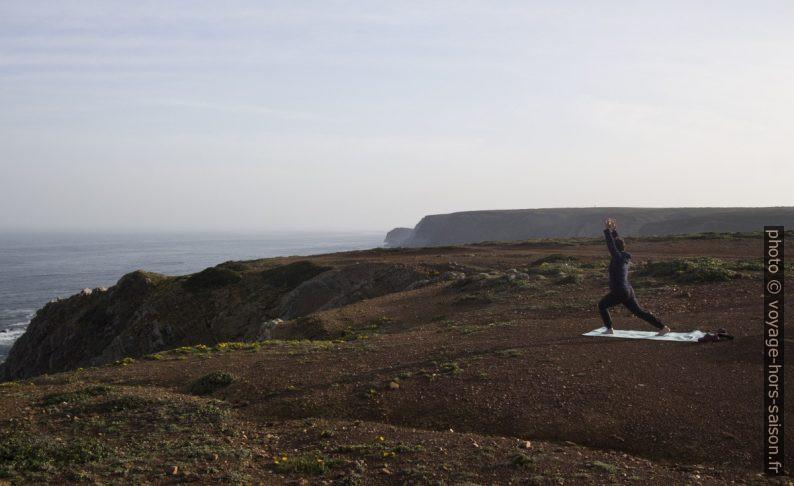 Alex fait du yoga matinal au bord de l'Océan Atlantique. Photo © André M. Winter