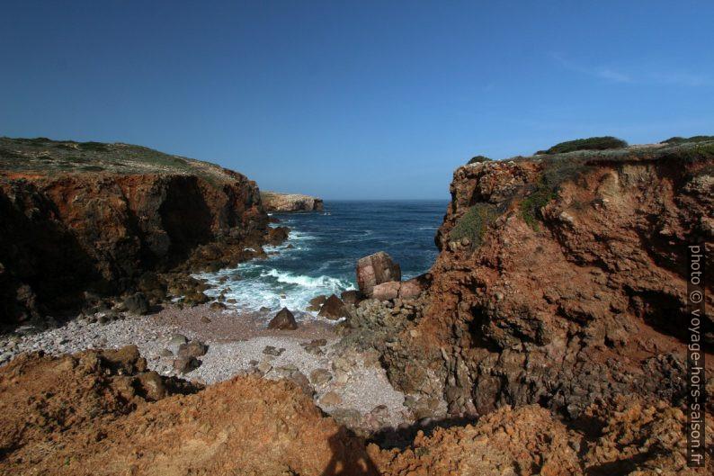 Crique dans le cap au sud de la Praia da Bordeira. Photo © André M. Winter