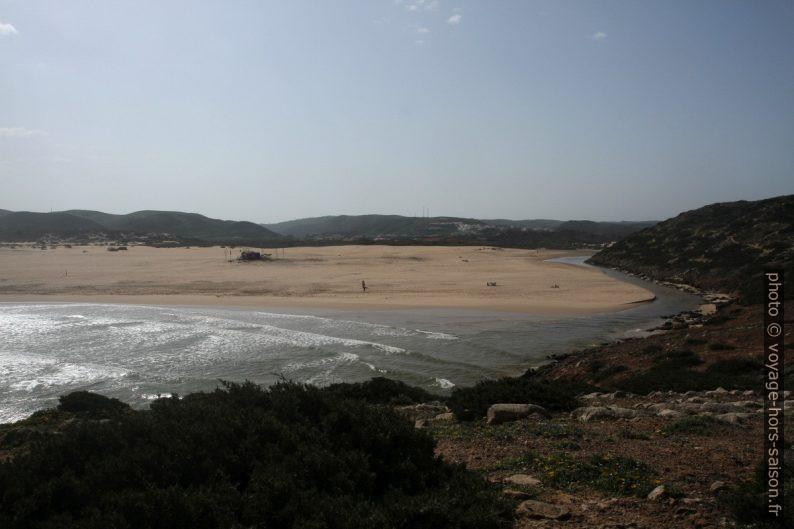 Écoulement d'un ruisseau au sud de la Praia da Bordeira. Photo © Alex Medwedeff