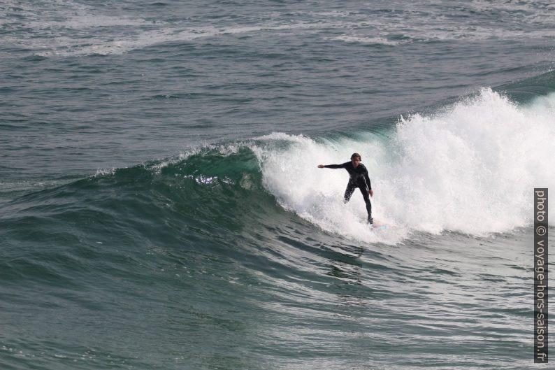 Un surfeur dans un petit rouleau. Photo © André M. Winter
