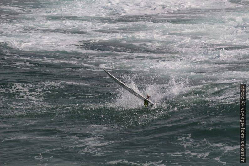 La planche d'un surfeur après sa chute. Photo © André M. Winter