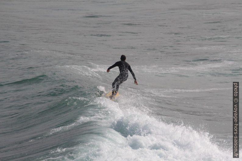 Un surfeur danse sur le haut de la vague. Photo © André M. Winter