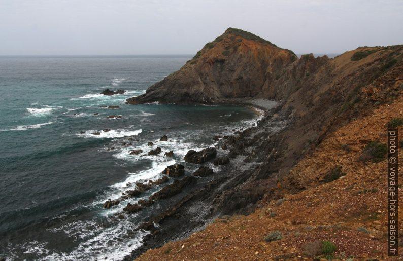 Une presqu'île sans nom au nord d'Arrifana. Photo © André M. Winter