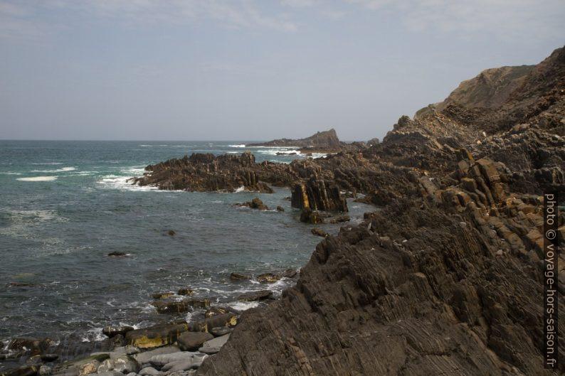 Mer calme mais remous autour des rochers. Photo © Alex Medwedeff