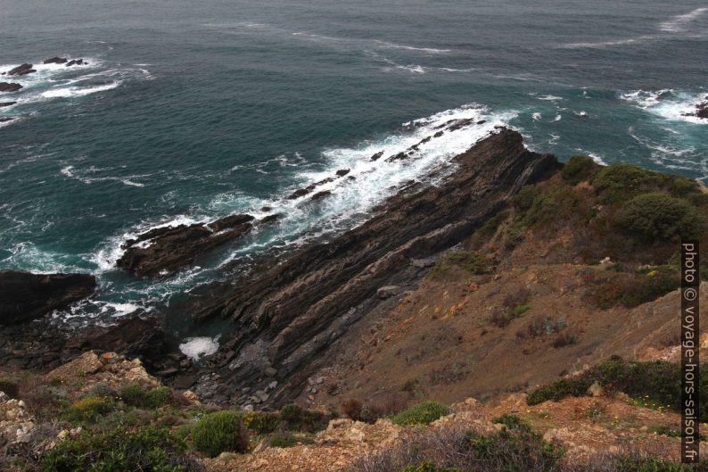 La mer rabote les strates verticales. Photo © André M. Winter