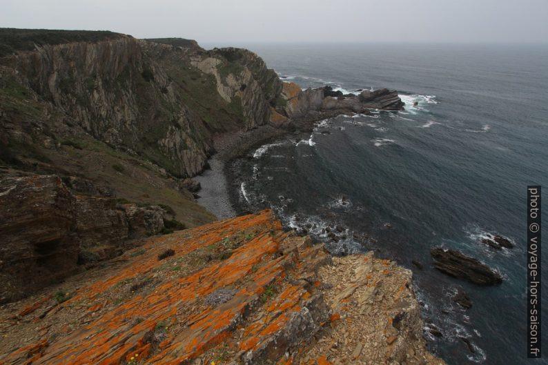 Vue retour vers la côte plus sombre. Photo © André M. Winter