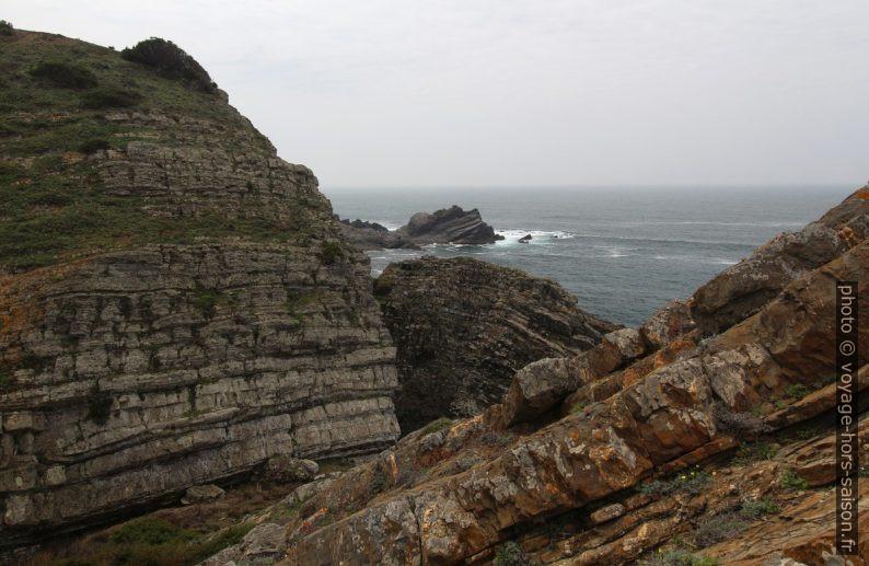Falaises brisées sur le côte. Photo © André M. Winter