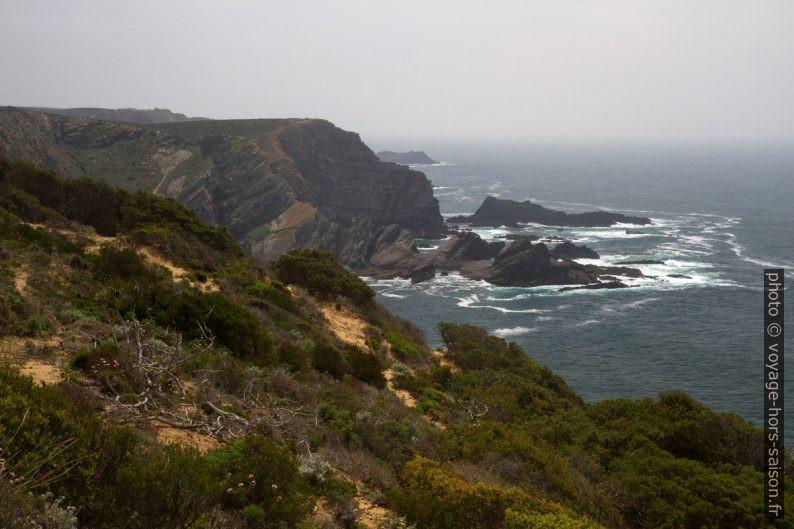 Vue de la Presqu'île du Ribat da Arrifana vers le sud. Photo © Alex Medwedeff