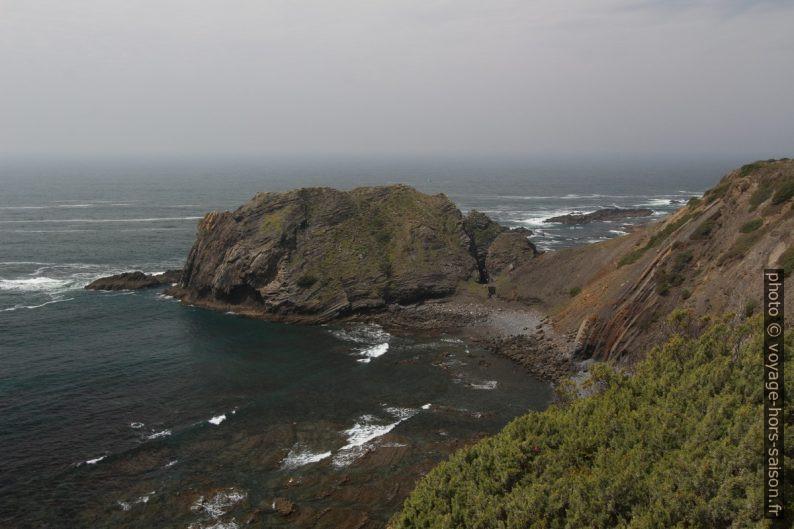 Une des presqu'îles au sud du Ribat da Arrifana. Photo © André M. Winter