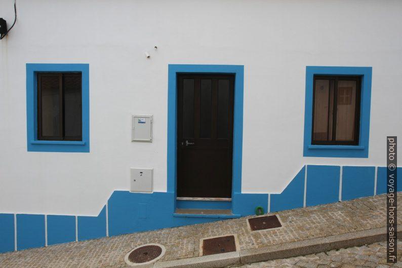 Maison blanche au bordures bleues dans la Rua Principal en pente. Photo © Alex Medwedeff