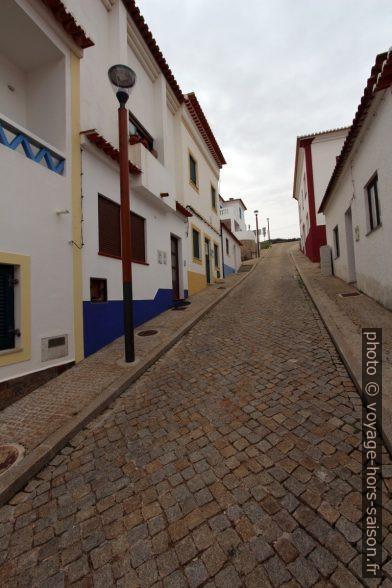 Rua Principal de Odeceixe-Mar en forte pente. Photo © André M. Winter