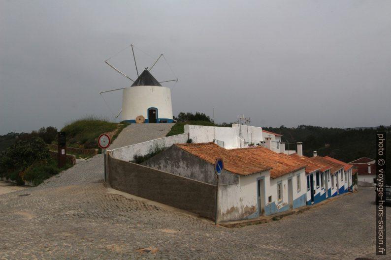 Petites maisons sous le moulin d'Odeceixe. Photo © André M. Winter