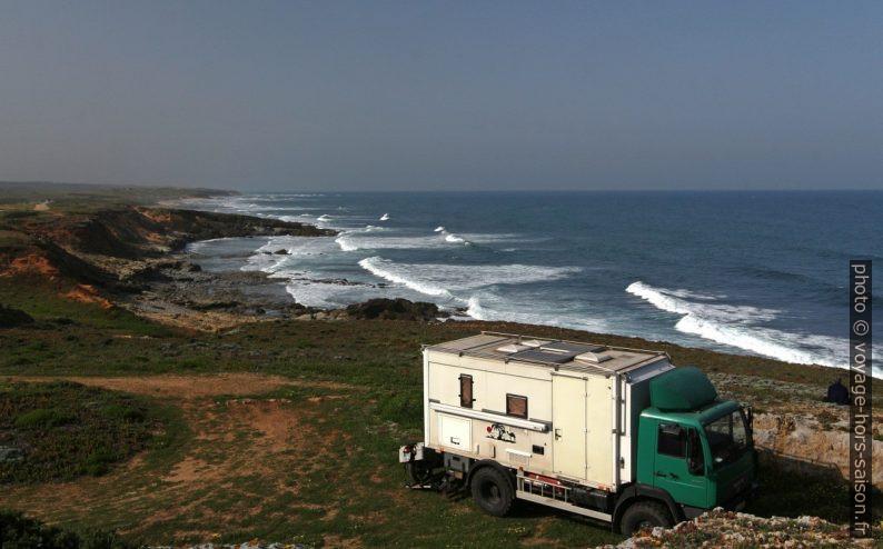 Un camping-car poids-lourd et l'Atlantique. Photo © André M. Winter