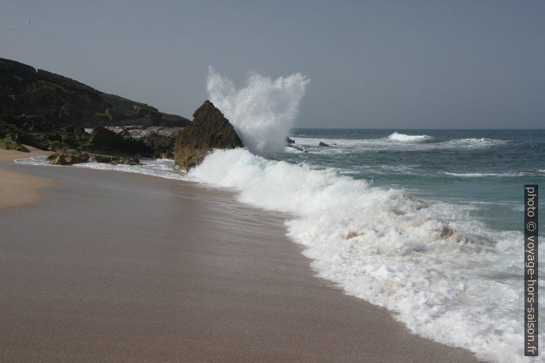 Une vague éclate contre un rocher. Photo © Alex Medwedeff