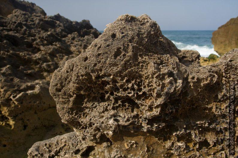 Rocher corrodé sur la plage. Photo © Alex Medwedeff