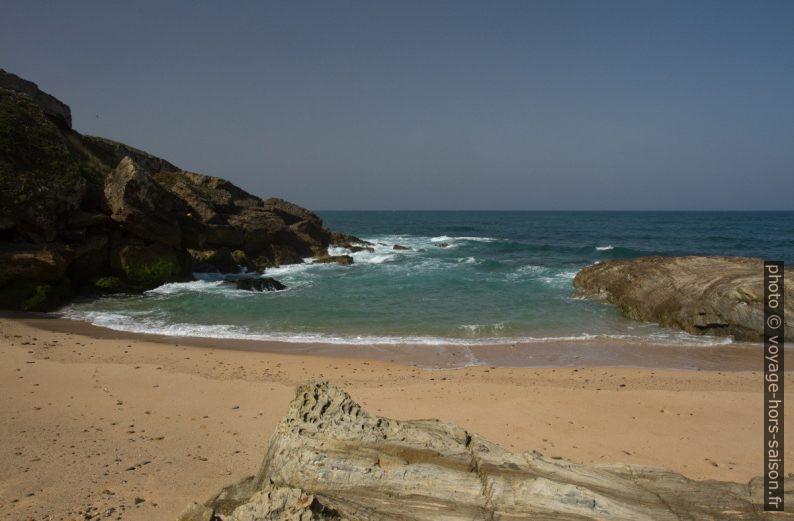 La plage directement sous le Forte Pessegueiro. Photo © Alex Medwedeff