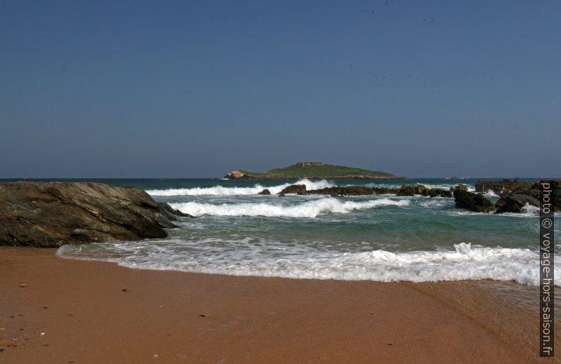 Les vagues et l'Ilha do Pessegueiro. Photo © André M. Winter
