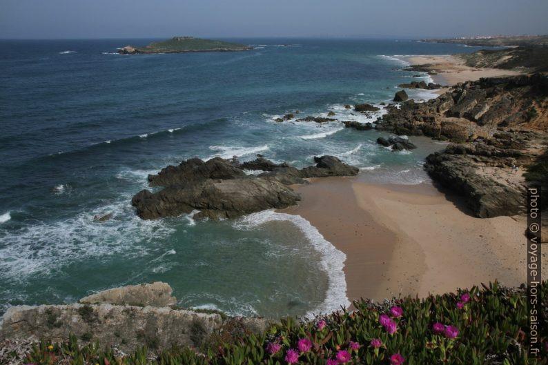 Praia da Ilha do Pessegueiro au soleil. Photo © Alex Medwedeff