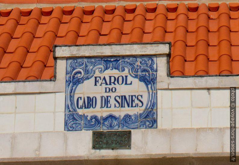 Azulejo portant le nom du Phare de Sines. Photo © Alex Medwedeff