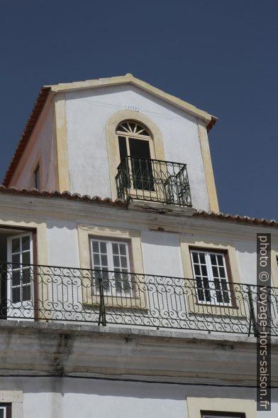 Grande lucarne sur une maison du centre de Santiago do Cacém. Photo © Alex Medwedeff